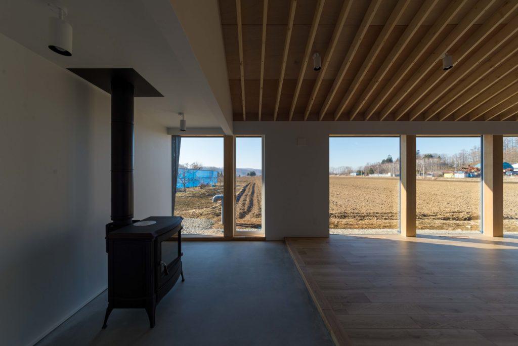 大きな窓と薪ストーブ