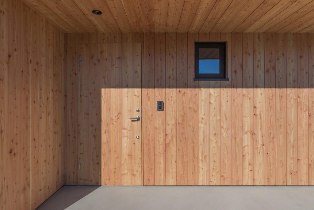 カラマツ板張り玄関外観
