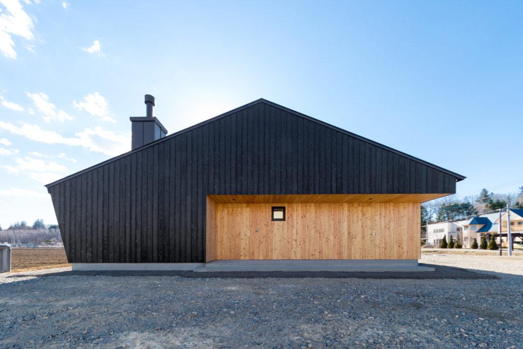 新築注文住宅 稲穂の家焼杉とカラマツの外観三角屋根